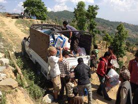 Laster wird mit Hilfsgütern beladen
