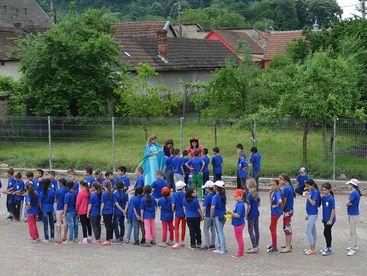 Kinder auf dem Sportplatz