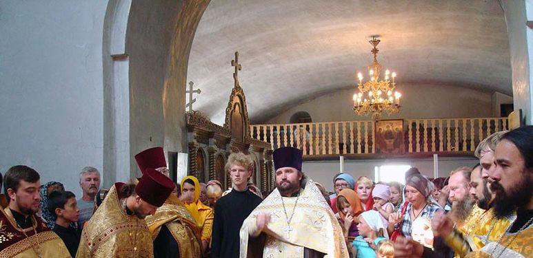 Reliquienübergabe in der Kirche