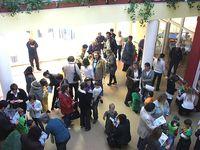 Menschenansammlung im Eingangsbereich des Kinderzentrums