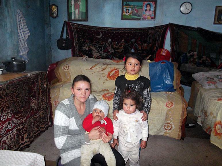 Mutter Arjona mit ihren drei Kindern