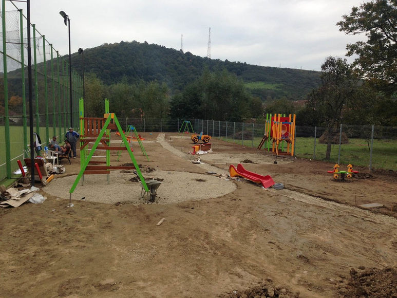 Montieren der Spielanlagen auf dem Platz
