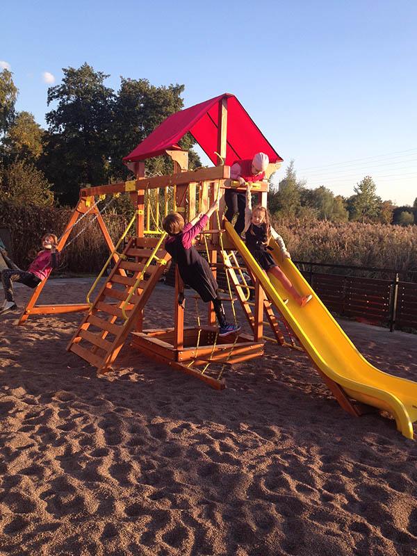 Kinder auf Spielturm