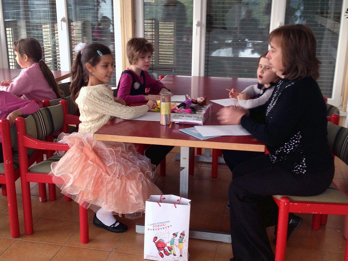 Lehrerin hilft Kindern bei den Schulaufgaben