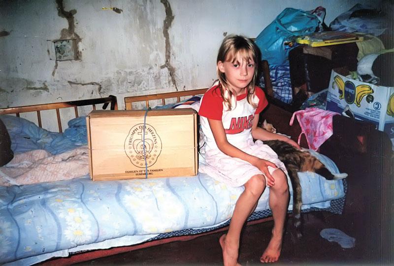 Mädchen mit einem Hilfsgüterpaket