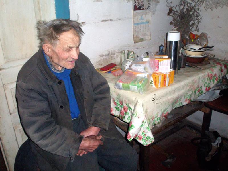 Älterer Mann erhält Lebensmittel